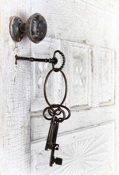 dabd468d09a82a9d66fc4541f8844389 antique keys vintage keys